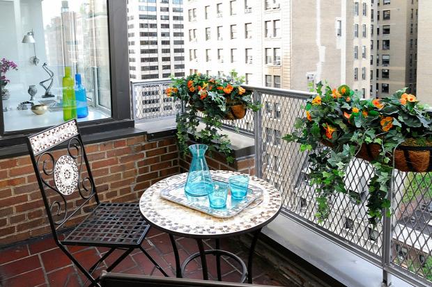 erkély dekoráció kültéri dekoráció dizájn műfű kis erkély helykihasználás inspiráció