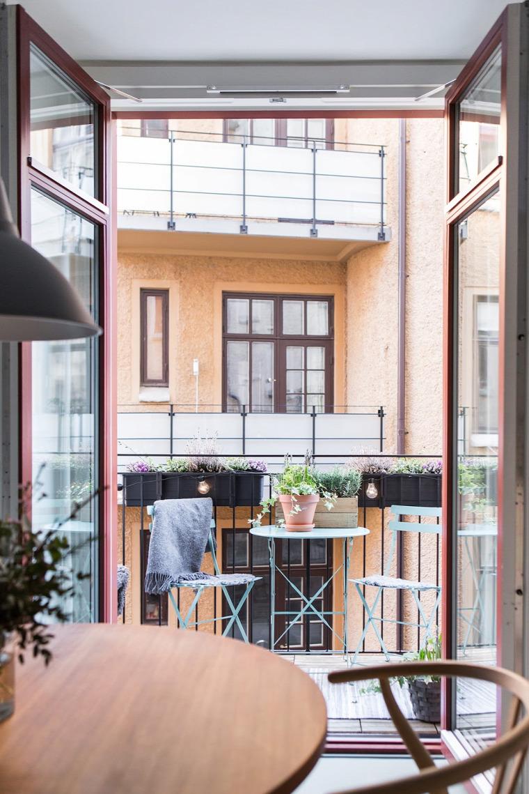 nagy lakás nagy terek színes falak pasztell tapéta