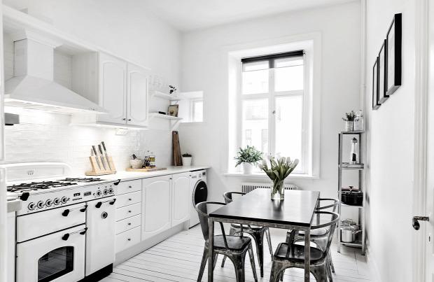 fehér falak fekete kiegészítők fehér padló fehér enteriőr