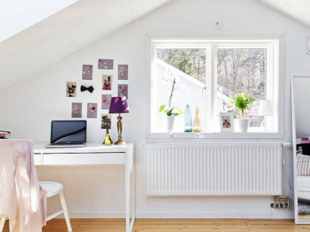 kis lakás tetőtér padlástér fehér fehér falak praktikus kialakítás garzon