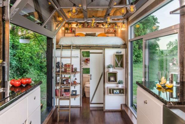 apró ház mobilház konténerház praktikus kialakítás otthonos meleg hatás dió padló galériaágy nagyvilág luxus
