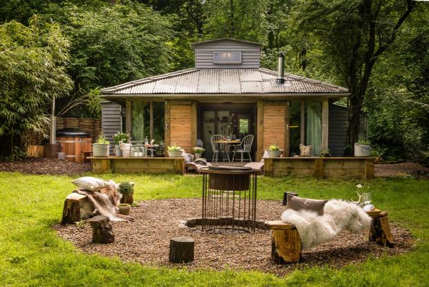 nyaraló nagyvilág rusztikus fa faház kis terek praktikus kialakítás