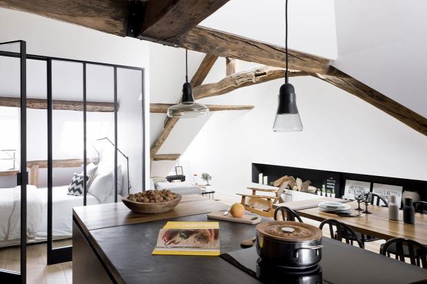 kis lakás garzon nagyvilág francia hálósarok üvegfal modern és régi belső építészet inspiráció