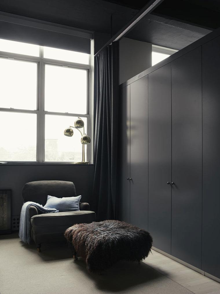 nagyvilág nagy belmagasság skandináv ipari stílus félfal lakberendezés sötét színek