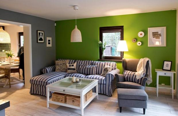 Zöld, kék csíkos és sárga szoba a tetőtérben - otthonos