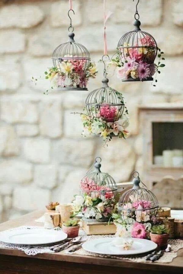 Consejo Airedefiesta.com: Jaulas vintage colgadas y llenas de flores. Precioso!!