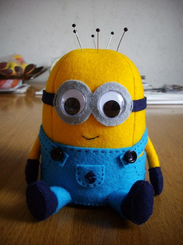 Here is a step-by-step tutorial for my big Minion pincushion. I'm no pro at explaining so if something is unclear, feel free to ask me about it :) If the download link isn't working for you, please...