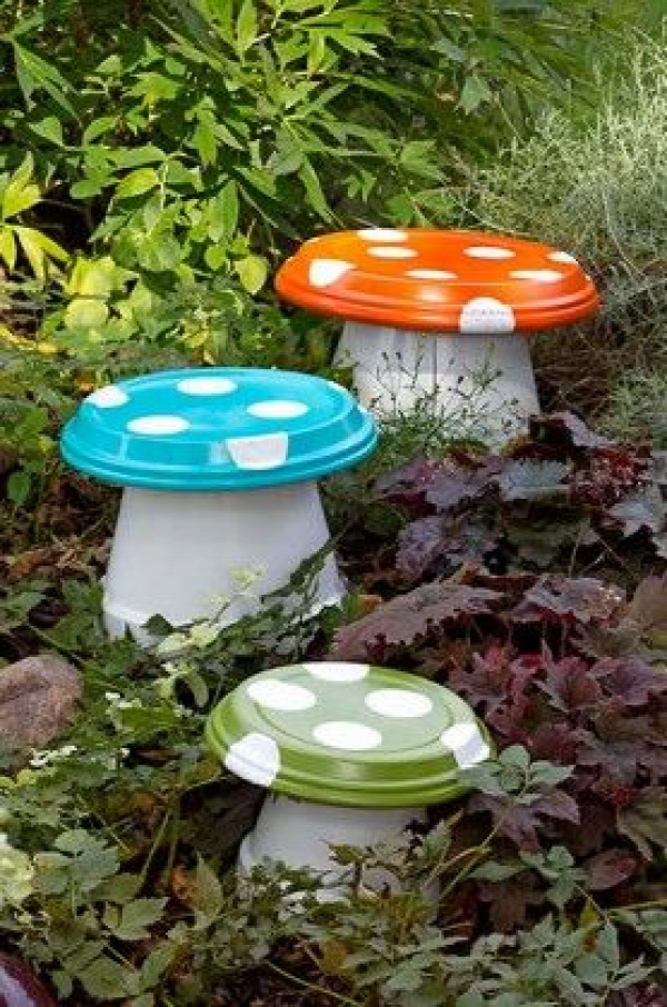 DIY Garden Mushroom - Made with terra cotta pots and drain trays.