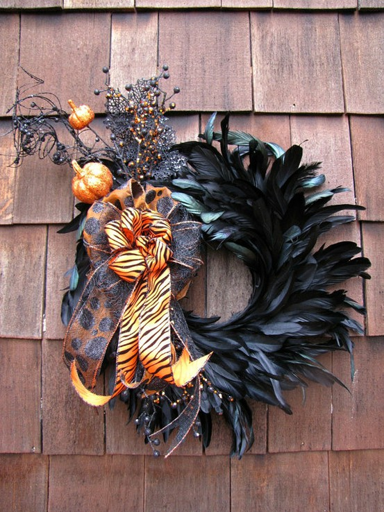 A collection of 25 Halloween wreaths to inspire you for your Halloween decor! { lilluna.com }