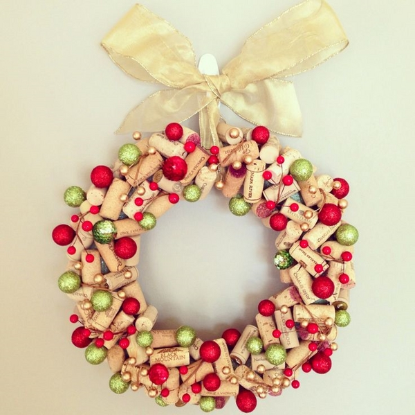 awesome cork wreath DIY christmas wreath ideas green red ornaments wine cork