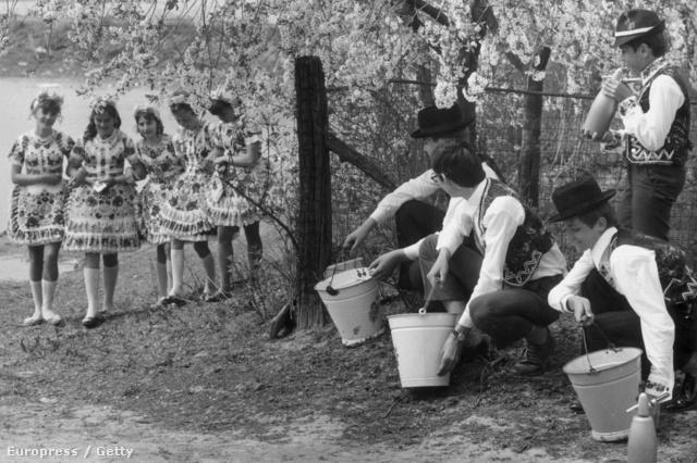 régi népélet naptára húsvét locsolás piros tojás