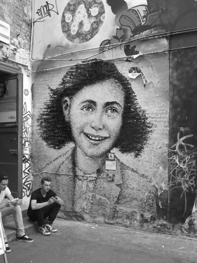 Anne Frank Otto Frank napló alma könyv védjegy közkincs szerzői jog védjegyjog Anne Frank Alapítvány publikálás irodalom kézirat társszerző