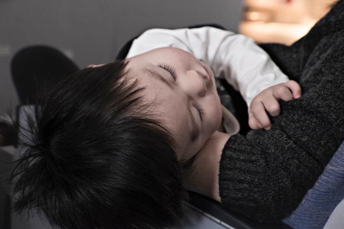 alvás csecsemő elaltatás