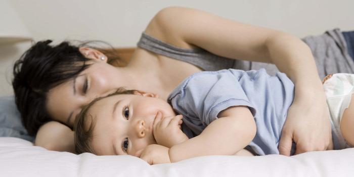 alvás közös ágyban alvás csecsemő újszülött bedsharing roomsharing