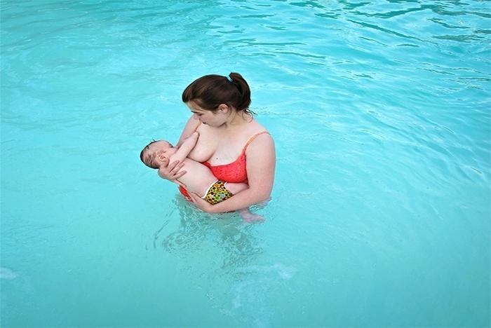 szoptatás nyilvános szoptatás uszoda anglia