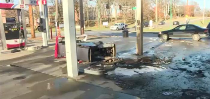 autó autóban hagyott gyerek benzinkút baleset