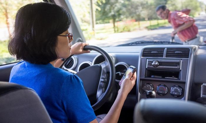 autóvezetés mobiltelefon szülő közlekedésbiztonság gyerek az autóban