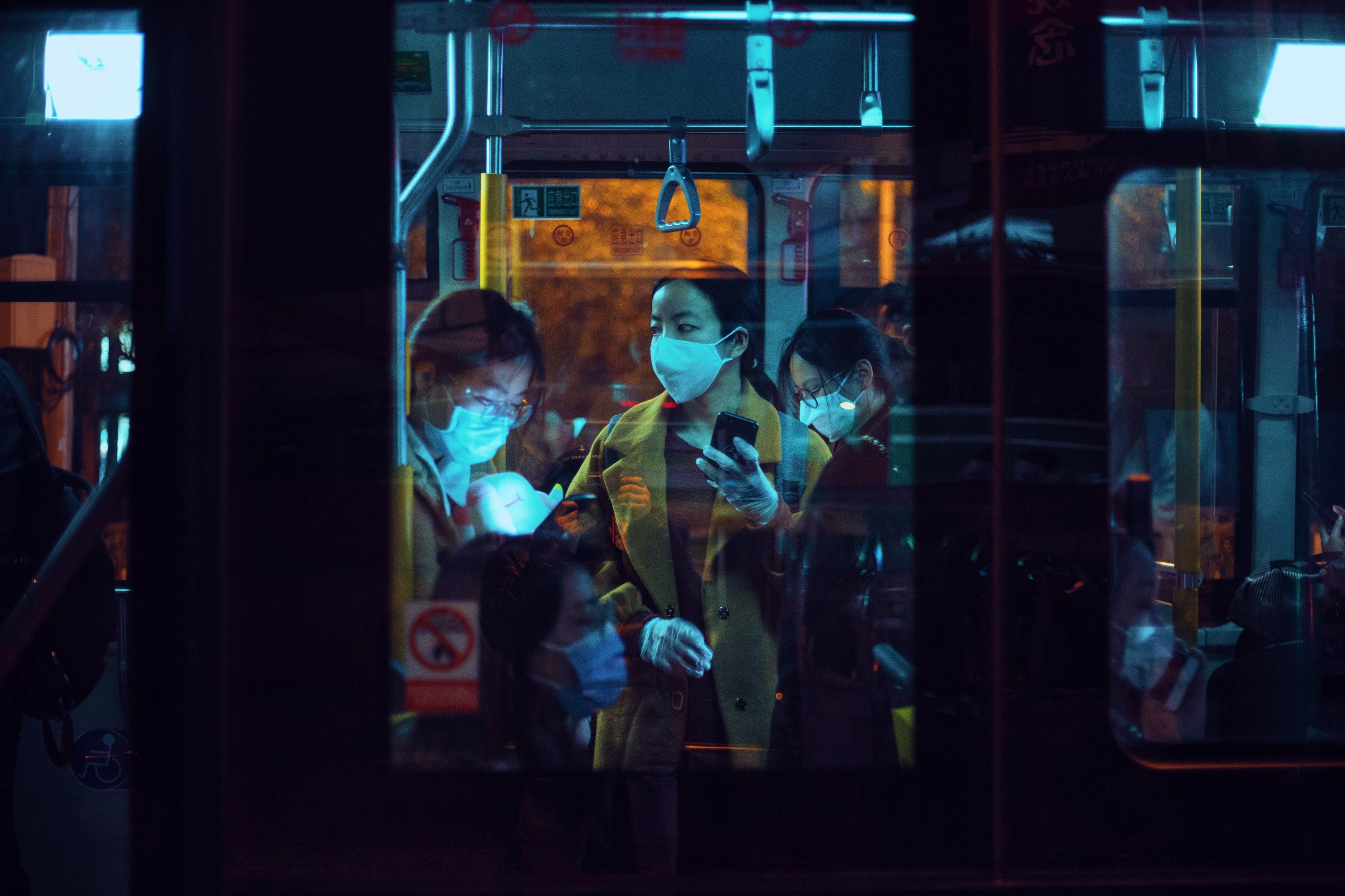 Csekély a bizonyíték arra, hogy a tömegközlekedés terjesztené a vírust