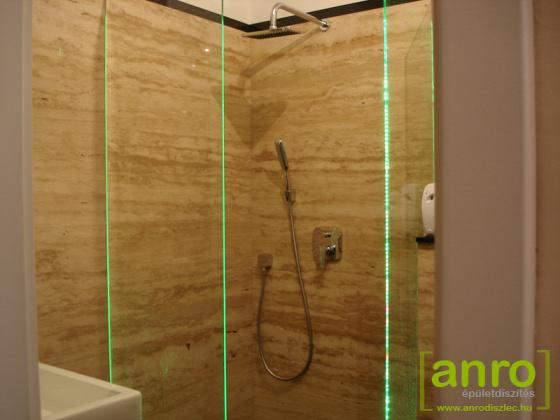 LED csík élvilágítás zuhanyzó üvegfalába építve