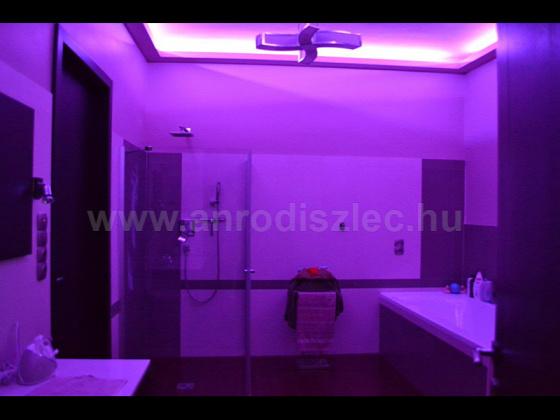 Színváltós LED szalag a fürdőszoba mennyezetén