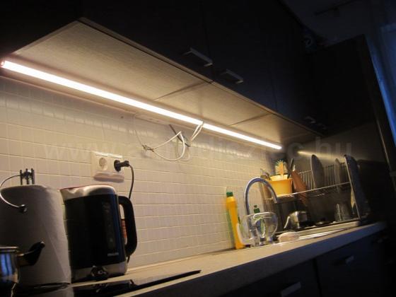 Konyhai pultvilágítás 45 fokban döntött LED szalag tartóval. Forrás: www.anrodiszlec.hu
