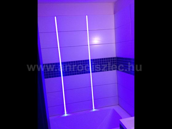 Fürdőszobai csempébe süllyesztett LED profil hangulatvilágításhoz. Forrás: www.anrodiszlec.hu