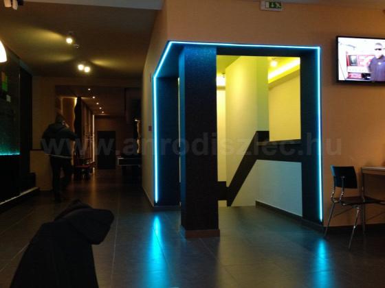 LED-es ajtókeret, falba épített LED alumínium profillal. Forrás: www.anrodiszlec.hu