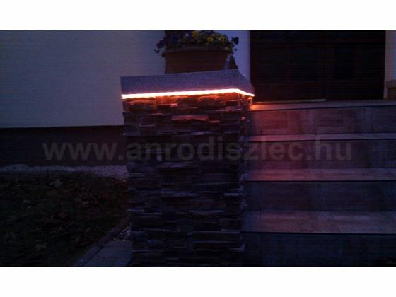 Bejárati lépcsőoszlop LED-es hangulatvilágítása. Forrás: www.anrodiszlec.hu