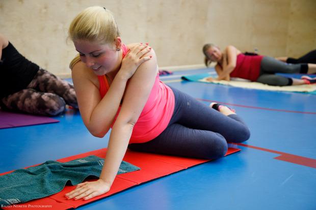 földön edzés kitartás izzadás tréning plank hasizom csoportos edzés simon szimonetta