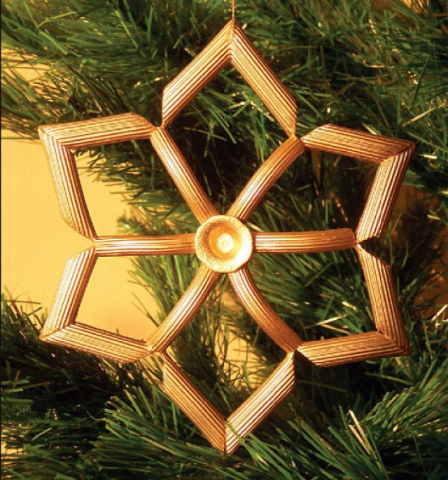 karácsony dekoráció ötlettár karácsonyfadísz dísz mikulás télapó manó toboz újrahasznosítás rönk faág gally csipesz hóember rénszarvas rudolf pálcika fagyis pálcika spárga filc fa golyó égő izzó villanykörte pompon felső póló tészta wc papír guriga ajándékkísérő kreatív dekoratív dekorálás ünnepi dekoráció