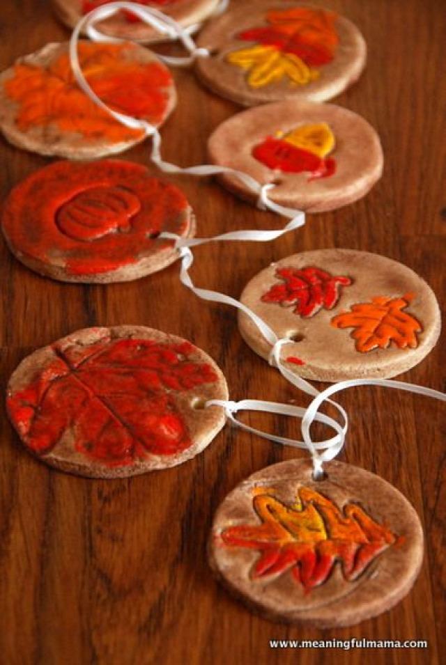 őszi őszies dekoráió dekor kreatív ötletek ötlettár toboz falevél virágok 3D betű füzér tündérfény tökök tök hajtogatott barna narancs sárga haloween gomb dália fahasáb egér evőeszköz falikép természet fémes függő sóliszt koszorú könyv újrahasznosítás makk műanyag tojás fa ajtódísz vintage ablakdísz gyerekek medál pulcsi pulóver szalvéta mókus dísztök fakéreg bagoly
