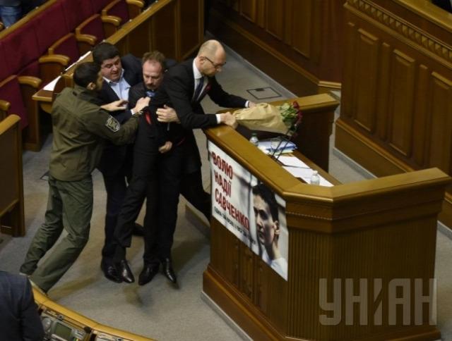 Jacenyuk Ukrajna ukrán parlament verekedés