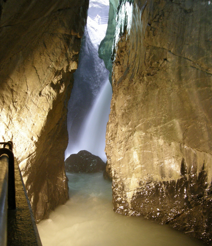 Svájc vízesések barlang szurdok
