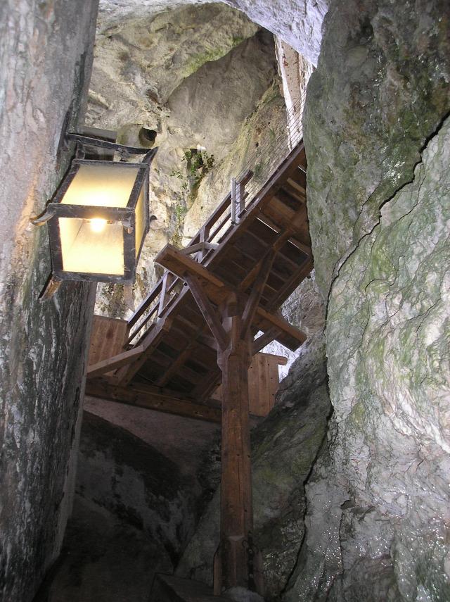 Szlovénia Predjama barlang várak