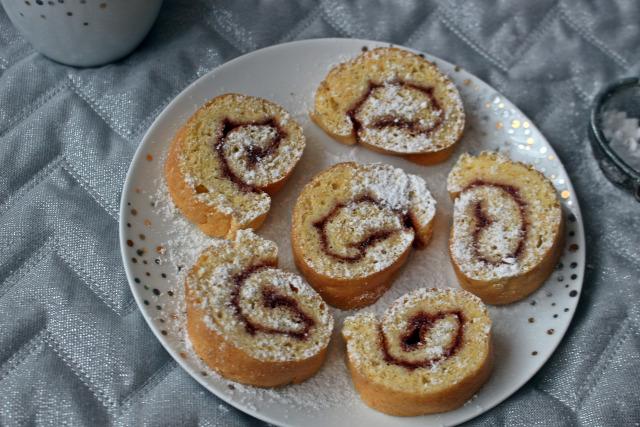 piskóta édességek piskótatekercs eperlekvár lekvár liszt cukor tojás citrom sütőpor