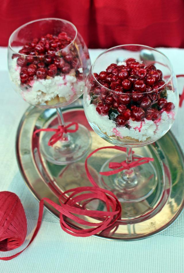 ribizli túró gyümölcs habtejszín citrom babapiskóta pohárkrémek édességek