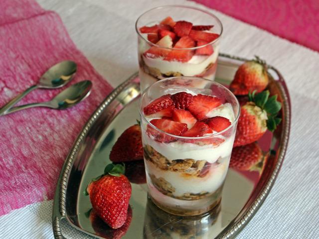 habtejszín görögjoghurt eper pohárkrémek édességek kókuszreszelék porcukor