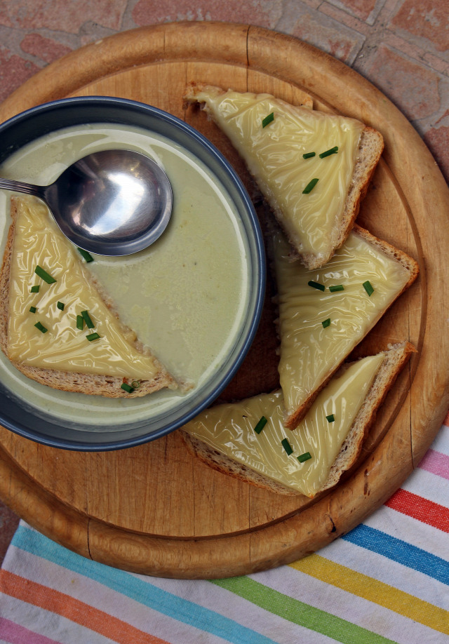 fokhagyma hagyma liszt tejszín rozmaring húsleves alaplé leves fincsi ebédek bor fehérbor pirítós sajt
