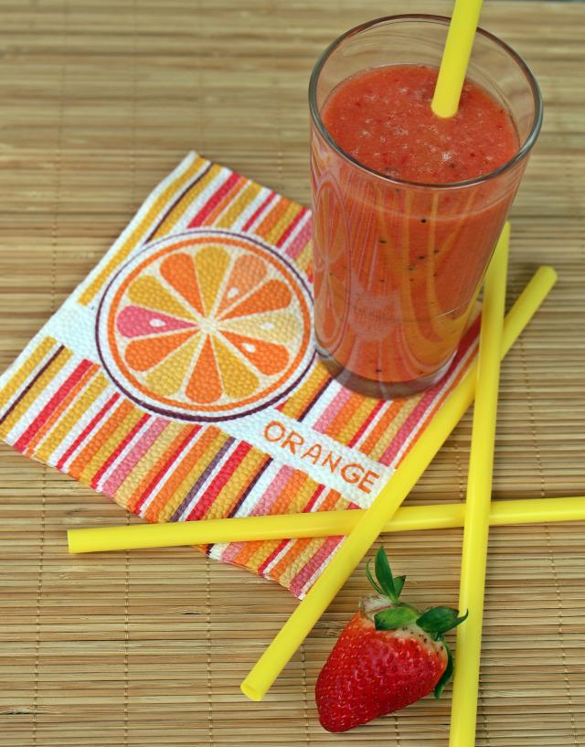 ráérős reggelik smoothie turmix gyümölcs eper narancs narancslé kivi banán joghurt kókusz fahéj vanília