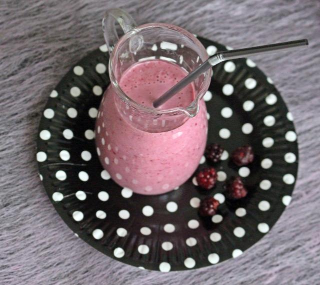 smoothie turmix eper málna szeder erdei gyümölcs joghurt kókusz tej vanília ráérős reggelik