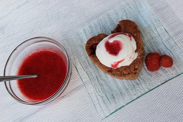 brownie csoki eper étcsoki csokissüti tejszínhab habtejszín tejszín valentin-nap