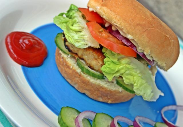 hamburger street food csirkemell ketchup mustár majonéz paradicsom saláta lilahagyma uborka hamburgerhús