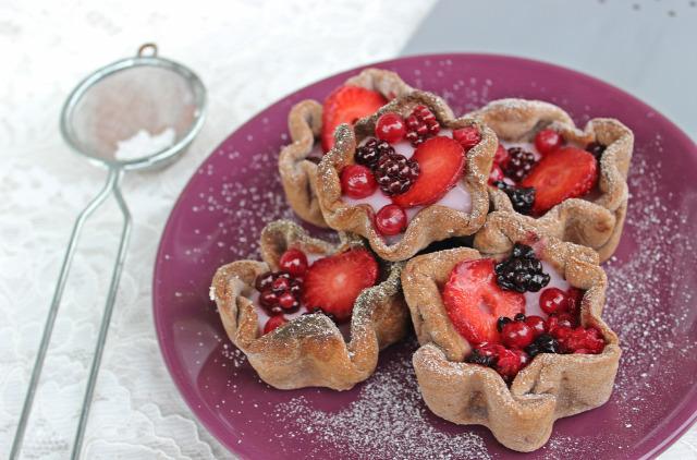 gyümölcskosárka kakaó málna eper szeder ribizli meggy cseresznye linzertészta puding édességek