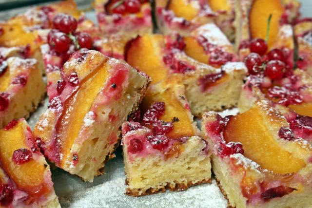 ribizli nektarin gyümölcs édességek túró cukor tej liszt bögréssüti mérésnélkül vanília aroma tojás