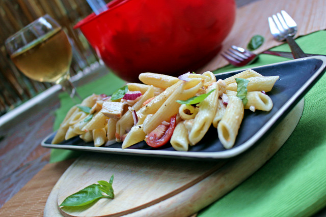 mozzarella paradicsom tészta penne olívabogyó olívaolaj grillcsirke csirke csirkemell lilahagyma bazsalikom tésztasaláta rohanós vacsorák