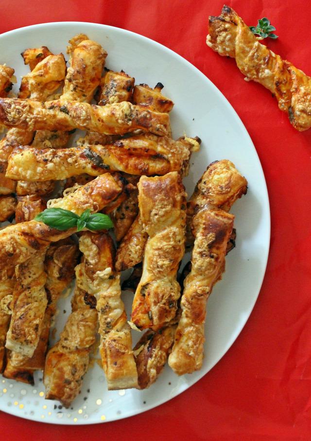 leveles tészta vendégvárók paradicsomszósz bazsalikom oregánó masni fokhagyma hagyma liszt tojás sajt pizzaszósz