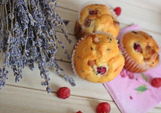 málna levendula gyors muffinok fehércsoki fehércsokoládé csokoládé liszt tejföl olaj tojás cukor monoszló magyarprovence levendulabirtok