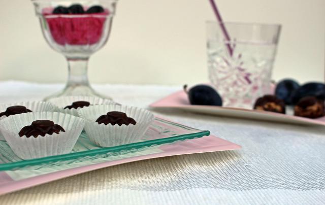 aszalt szilva szilva pálinka bonbon csokoládé habtejszín fahéj étcsokoládé VKF édességek