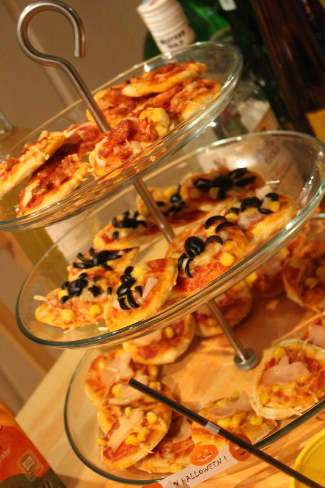 pizza vendégvárók liszt élesztő olívaolaj olívabogyó hagyma sonka sajt szalámi cukor oregánó bazsalikom kukorica halloween