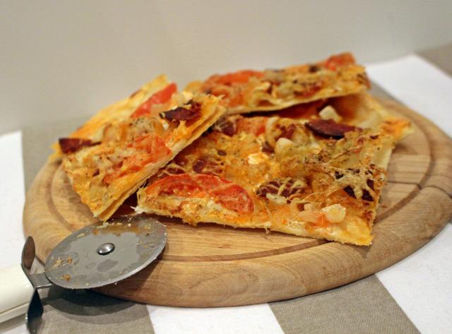 sajt kolbász paradicsom hagyma leveles tészta paprika tejföl rohanós vacsorák